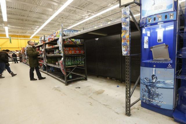 Les épiceries de Winnipeg ont été prises d'assaut... (PHOTO JOHN WOODS, LA PRESSE CANADIENNE)