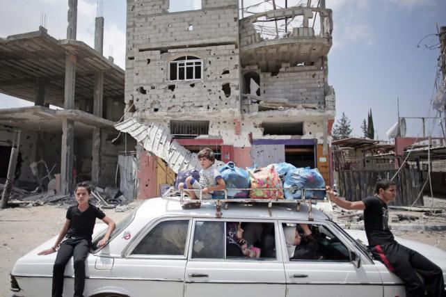 Des Palestiniens prenant place à bord et sur... (PHOTO KHALIL HAMRA, ARCHIVES AP)