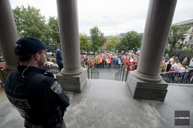 Les employés municipaux ont manifesté devant l'hôtel de... (Archives La Tribune, René Marquis)