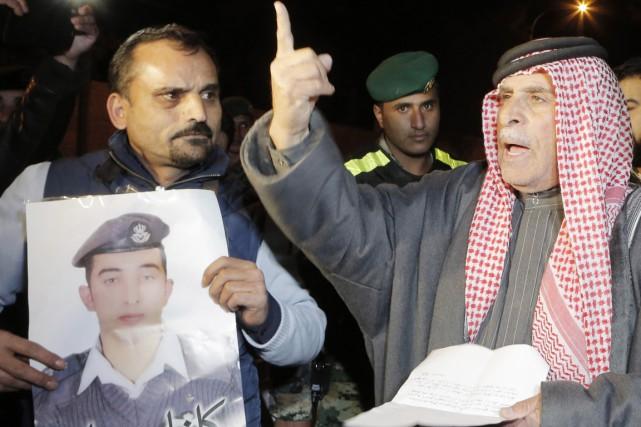 Des proches du pilote gardé en otage par... (PHOTO KHALIL MAZRAAWI, ARCHIVES AFP)