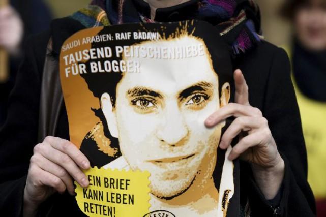 Une photo de Raif Badawi, montrée dans une... (PHOTO TOBIAS SCHWARZ, AGENCE FRANCE-PRESSE)