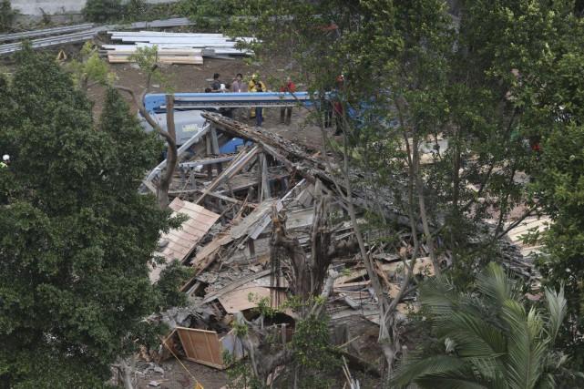 Des inspecteurs constatent les dégâts après l'effondrement d'un... (Photo AP)