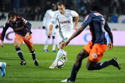 Benoît Cheyrou de l'OM (au centre) drible devant... (Photo Gérard Julien, archives AFP)