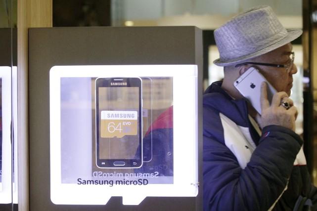 Un homme utilisant un iPhone 6 d'Apple à... (PHOTO AHN YOUNG-JOON, AP)