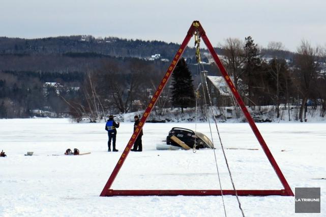 Une équipe engagée pour sortir de l'eau une voiture gisant au fond du lac Magog... (Imacom, René Marquis)