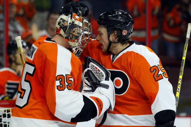 Ryan White festoie avec son gardien Steve Mason... (Photo Tom Mihalek, AP)