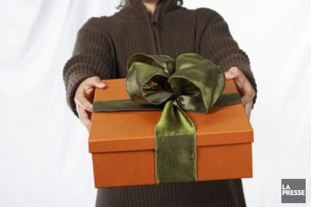 La remise de cadeaux se retrouve parfois dans... (Photo d'archives, La Presse)