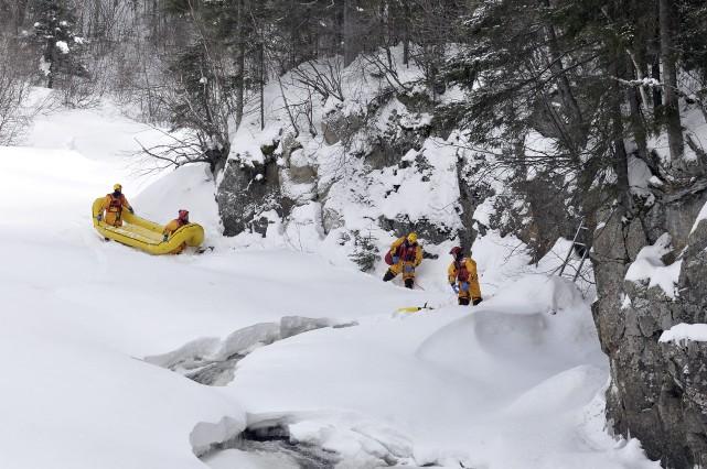 L'homme a été repêché de la rivière non... (Photo Rocket Lavoie)