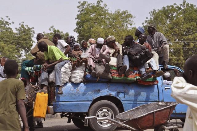 Des villageois entassés dans une camionnette se réfugient... (PHOTO JOSSY OLA, AP)