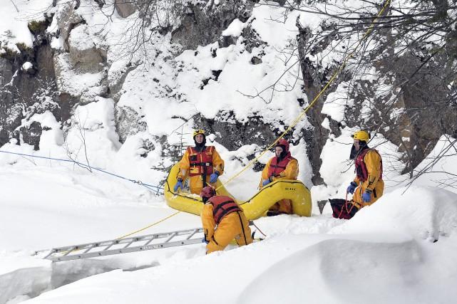 Les pompiers ont utilisé des cordes, un radeau... ((Photo Rocket Lavoie))