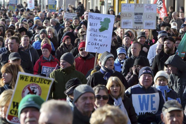À Dublin, plusieurs milliers de personnes sont venues... (PHOTO PAUL FAITH, AFP)