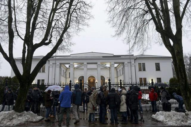 Les diplomates représentant l'État ukrainien et les émissaires... (PHOTO SERGEI GAPON, AFP)