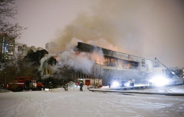 Un violent incendie a ravagé la bibliothèque de... (Alexander Zemlianichenko Jr, AP)