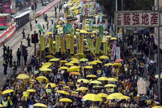 Brandissant les parapluies jaunes devenus le symbole de... (PHOTO TYRONE SIU, REUTERS)