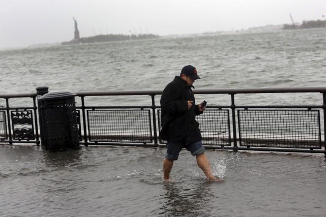 Un homme avance, pieds dans l'eau, dans le... (PHOTO ARCHIVES THE NEW YORK TIMES)