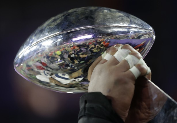 Les salons étaient bien remplis d'amateurs de football, de caisses de bière et... (Photo AP)