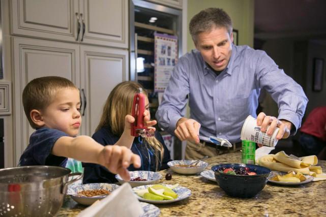 Carl Krewitt prépare le repas pour son fils... (PHOTO ELIJAH NOUVELAGE, ARCHIVES REUTERS)