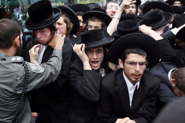 En mars dernier, plus de 300000 juifs ultra-orthodoxes... (PHOTO MENAHEM KAHANA, ARCHIVES AFP)
