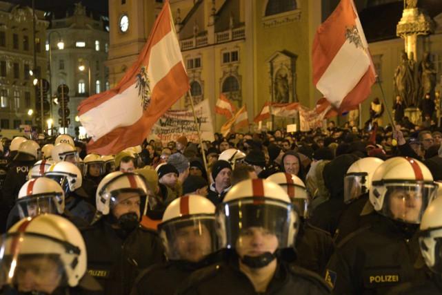 Environ 1200 policiers, plusieurs en tenue anti-émeute, étaient... (Photo: AP)