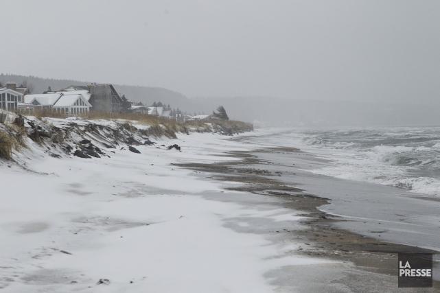 En l'absence de glace, les tempêtes automnales causent... (PHOTO HUGO-SÉBASTIEN AUBERT, LA PRESSE)