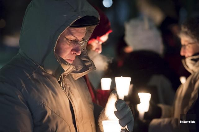 Une vigile à la chandelle a été tenue... (Photo: Stéphane Lessard, Le Nouvelliste)