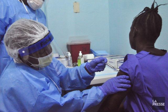 Les premiers essais des deux vaccins contre Ebola... (Photo Abbas Dulleh, AP)