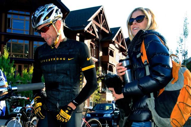 LanceArmstrong et sa conjointe Anna Hansen.... (Photo David Zalubowski, archives AP)