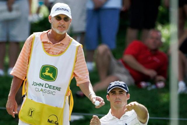 Le caddy Mike Hicks est l'un des deux... (Photo Charles Rex Arbogast, archives AP)