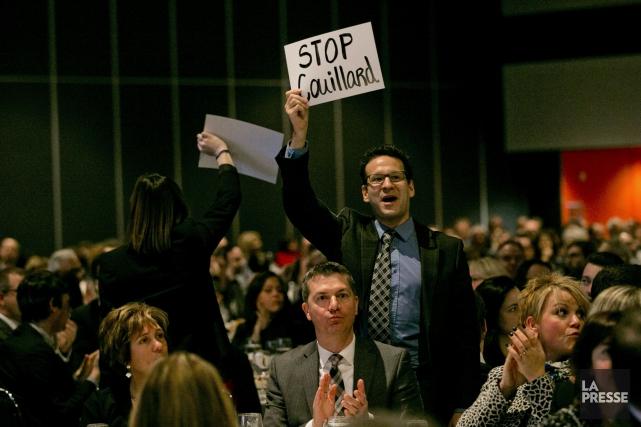 Des manifestants exhibant des pancartes «Stop Couillard»... (Photothèque La Presse)