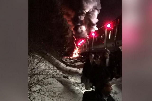 Une collision entre un train de banlieue et au moins un véhicule a fait pour le... (PHOTO TIRÉE DE TWITTER)