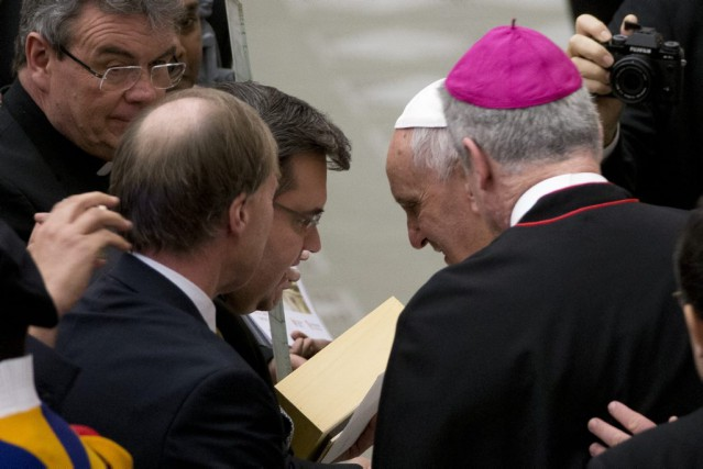 Denis Coderre et le pape François... (PHOTO ANDREW MEDICHINI, ASSOCIATED PRESS)