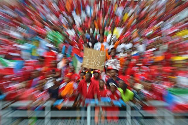 Un spectateur brandit une affiche où l'on peut... (PHOTO CARL DE SOUZA, ARCHIVES AFP)