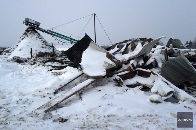Un incendie a complètement détruit un bâtiment de ferme situé sur le chemin... (Imacom, Jessica Garneau)