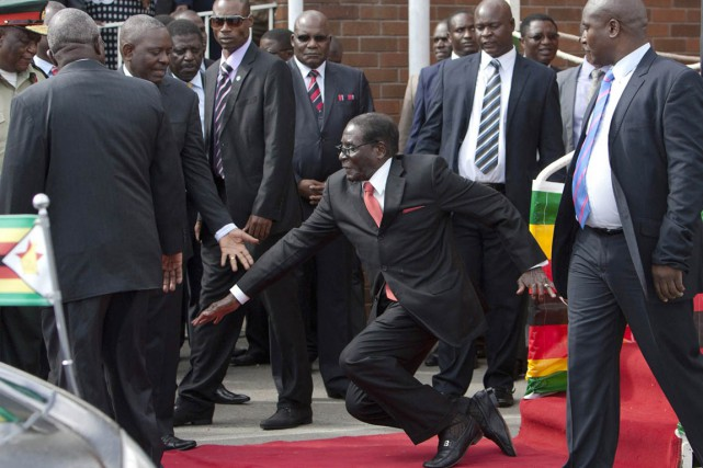 Mugabe a raté une marche et s'est retrouvé... (PHOTO ARCHIVES AP)
