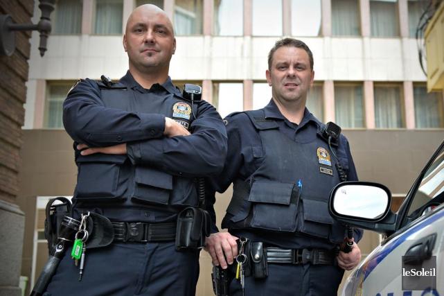 Les policiers Sébastien B. Roy et Yannick Campagna... (Photothèque Le Soleil, Pascal Ratthé)