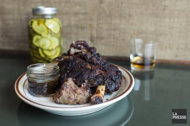 Épaule d'agneau rôtie avec sauce du Kentucky de... (Photo Edouard Plante-Fréchette, La Presse)