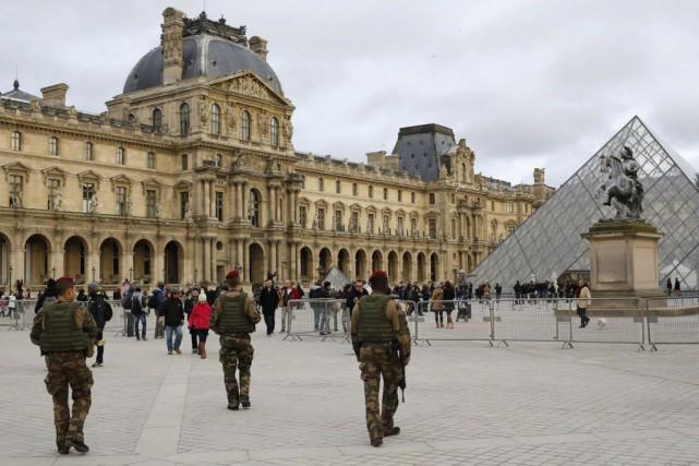 Le tournage de scènes d'extérieur incluant des policiers,... (Photo Laurent Cipriani, AP)