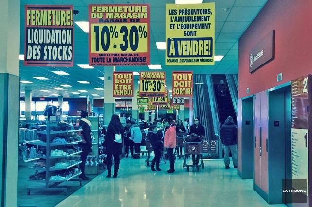 Il y avait beaucoup de va-et-vient au Target du Carrefour de l'Estrie, jeudi... (La Tribune, Mélanie Noël)