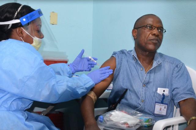 Un autre essai clinique mené au Liberia avec... (PHOTO ZOOM DOSSO, ARCHIVES AFP)