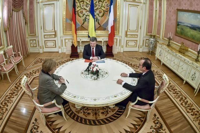 François Hollande et Angela Merkel ont rencontré jeudi... (PHOTO AFP/GOUVERNEMENT UKRAINIEN)