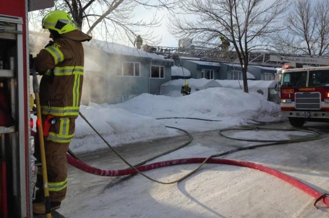 Les 35 sapeurs dépêchés sur place ont réussi... (Photo fournie par la police de Québec)