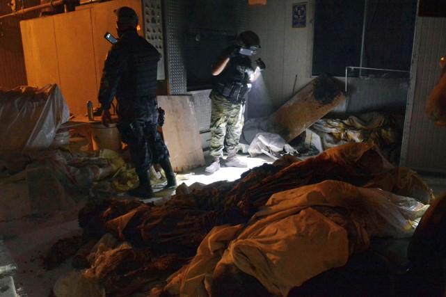 Des soldats de l'armée mexicaine inspectent le crématorium... (PHOTO AFP)