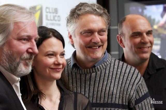 Le réalisateur Sylvain Archambault aux côtés des acteurs... (PHOTO HUGO-SÉBASTIEN AUBERT, LA PRESSE)