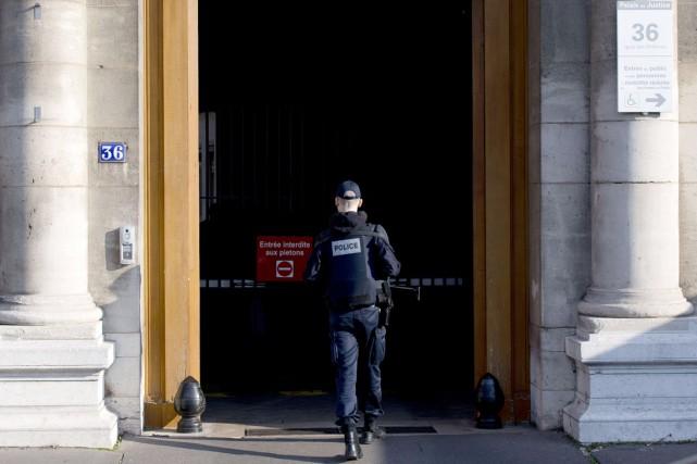 La police belge a mené 19 perquisitions, dimanche.... (PHOTO KENZO TRIBOUILLARD, AFP)