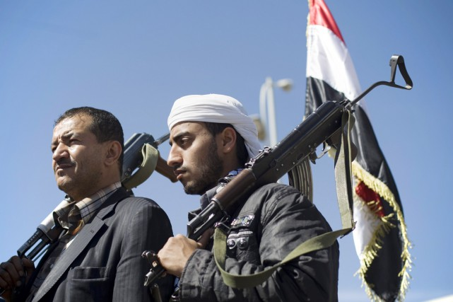 Des houthis, arme à la main, participent à... (PHOTO HANI MOHAMMED, ARCHIVES AP)