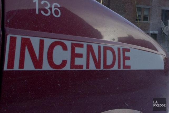 Un violent incendie a ravagé un immeuble de trois logements situé à l'angle des... (Archives La Presse)