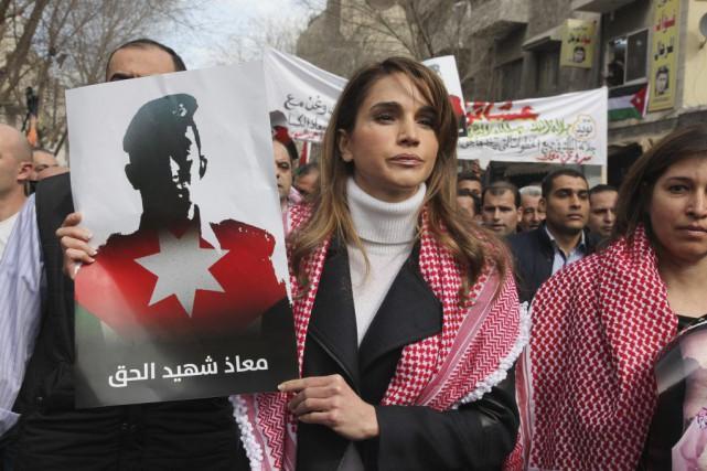 La reine Rania de Jordanie tient une photo... (PHOTO REUTERS/Petra News)