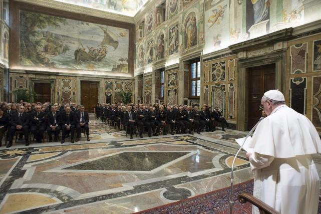 Le pape François s'en prend régulièrement aux pères-dictateurs,... (Photo AP/L'Osservatore Romano)