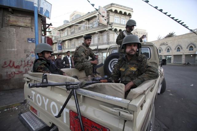 Des membres de la milice chiite houthie gardent... (Photo Mohamed al-Sayaghi, Reuters)