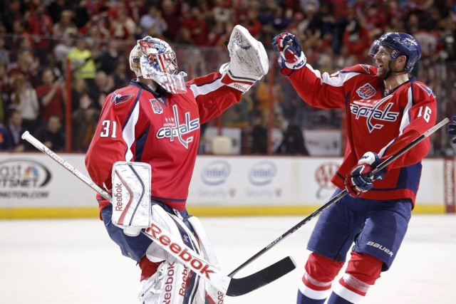 Eric Fehr (16) félicite son gardien Philipp Grubauer (31).... (PHOTO GEOFF BURKE, USA TODAY)
